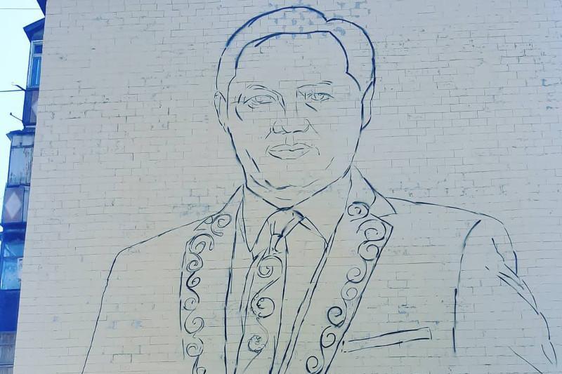 Бейсен Құранбектің бейнесі Талдықорғандағы көпқабатты үйдің қабырғасына салынып жатыр