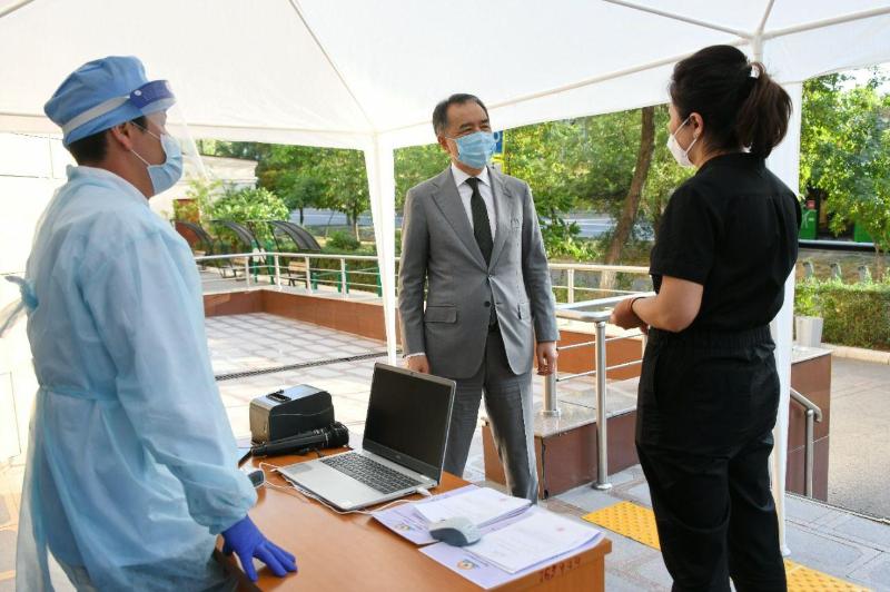 Аким Алматы проверил готовность службы ПМСП к новой волне пандемии