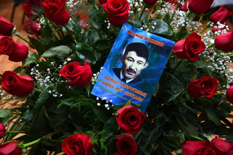 К памятнику Шамши Калдаякова в Шымкенте возложили цветы
