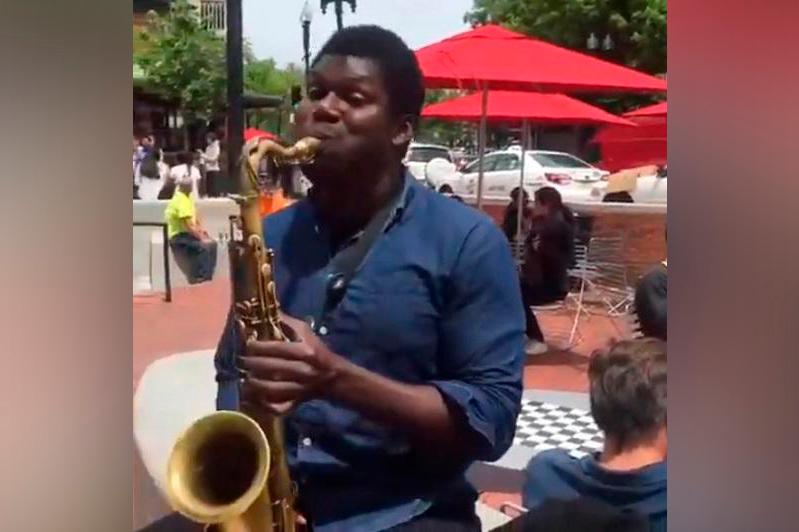 На саксофоне исполнили «Менің Қазақстаным» Шамши Калдаякова в США