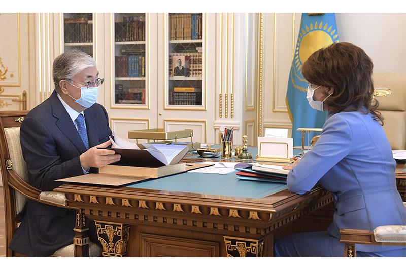 托卡耶夫总统接见新闻部长巴拉耶娃