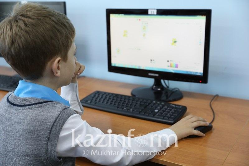 СҚО-да волонтерлер ауыл балаларына компьютер үйретіп, ҰБТ-ға дайындайды