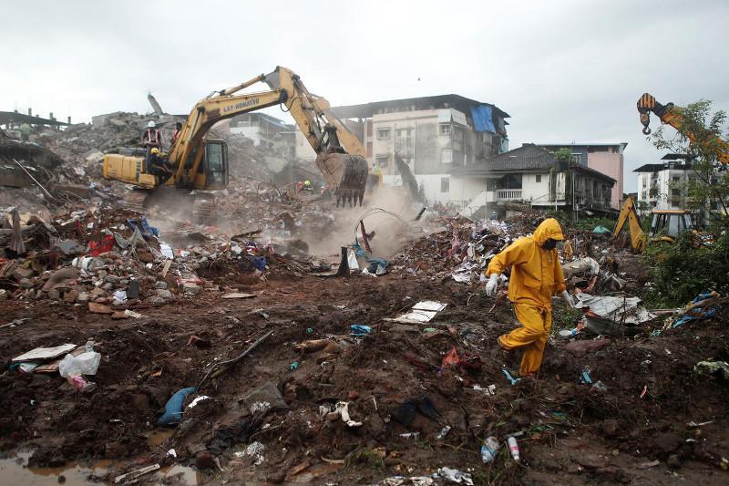 Более 60 выживших вытащили из-под обломков обрушившегося здания в Индии