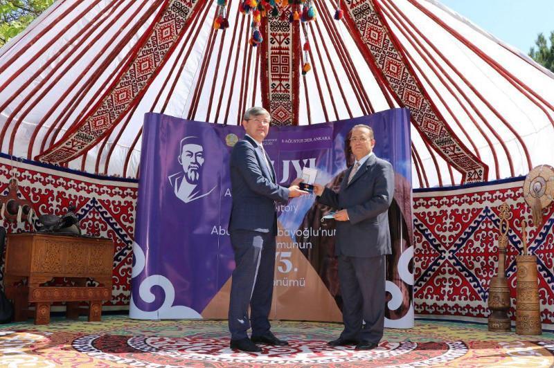 哈萨克斯坦总统授予土耳其作家«友谊»奖章