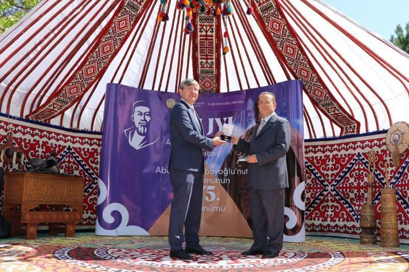 Президент Казахстана наградил турецкого писателя орденом «Достық»