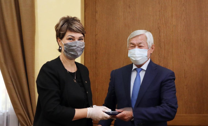 Бердибек Сапарбаев вручил ряду жамбылцев юбилейные медали