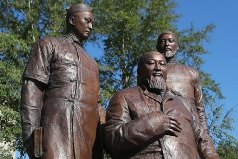 Памятник Абаю с сыновьями впервые показали в Семее