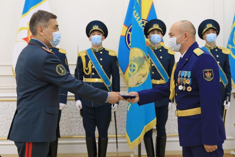 Военнослужащих наградили медалями к 25-летию Конституции РК
