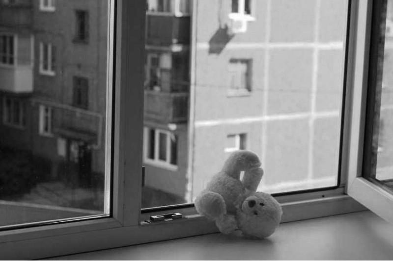 Арқалық қаласында 5 жасар қыз терезеден құлап көз жұмды