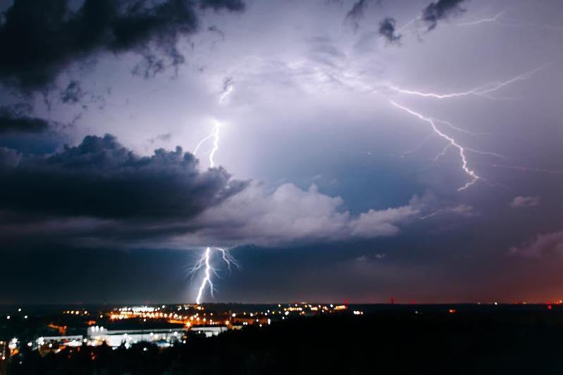 国内2州发布雷电和降温天气预警