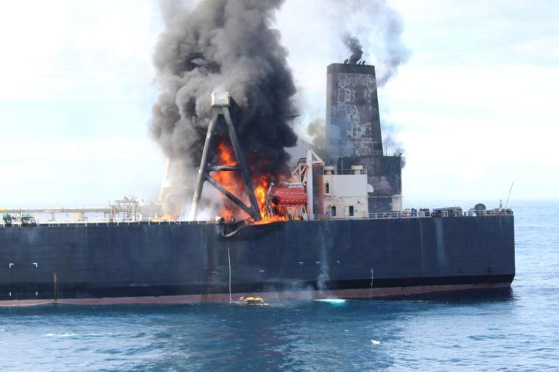 Пожар бушует на нефтяном супертанкере у берегов Шри-Ланки