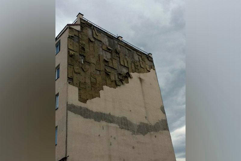 Облицовка слетела с пятиэтажного дома в одном из микрорайонов Алматы