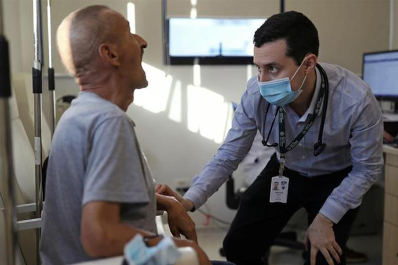 Испытания вакцины от коронавирусаприостановлены в США