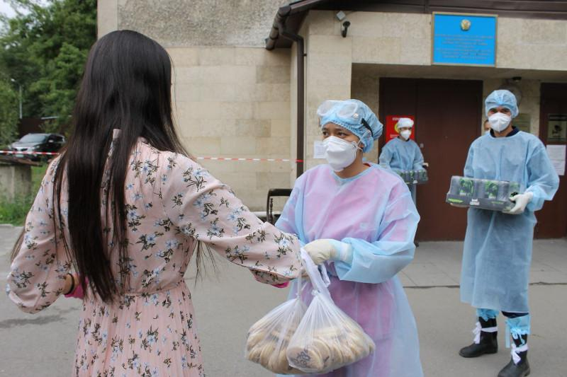 Как алматинские волонтеры помогали людям пережить карантин