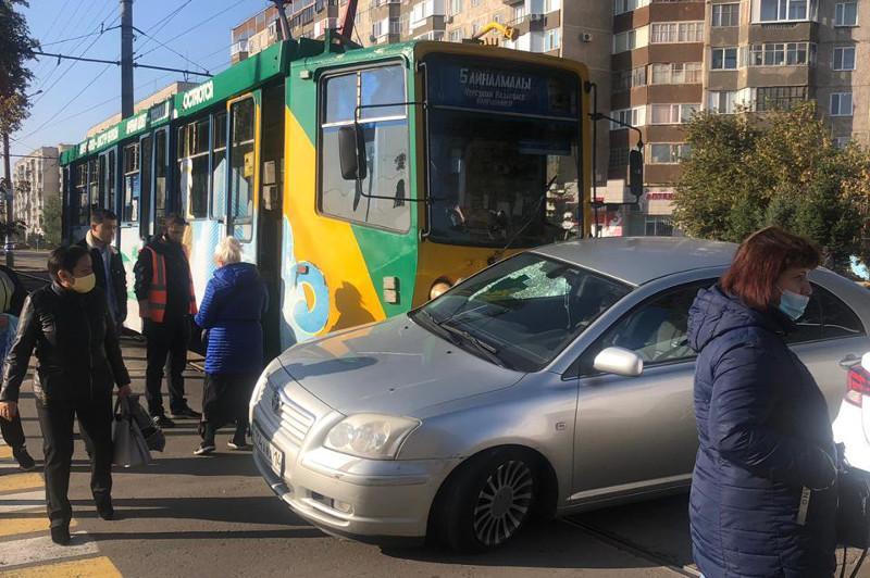 Павлодарда трамвай мен автокөлік соқтығысты