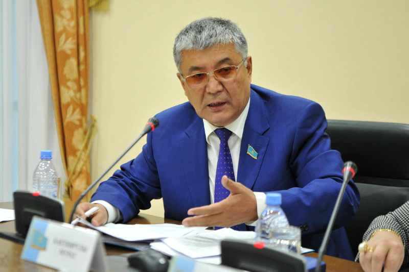 Принять закон о статусе врачей предложил сенатор Бактиярулы
