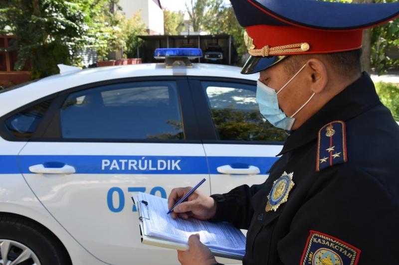 Раненого водителя спасли карагандинские полицейские