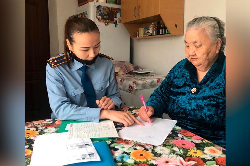 18 актюбинцев сменили советские паспорта на удостоверения граждан Казахстана