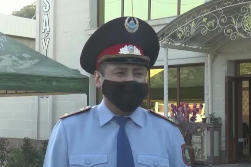 Алматыда полицей ұйқыдағы адамды өртеніп жатқан қонақ үйден алып шықты