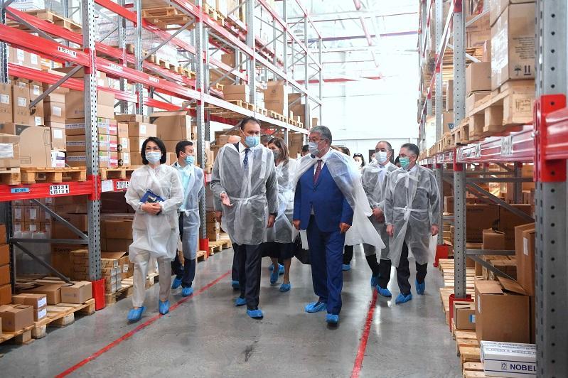 Сенаторы проверили склады СК-Фармации