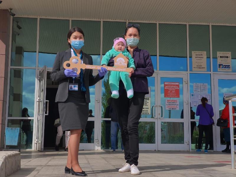 Многодетная мать из Актобе первой в Казахстане получила квартиру по программе «5-10-20»
