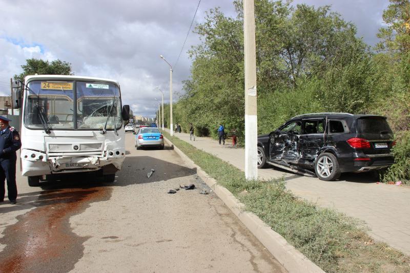 Маршрутный автобус столкнулся с легковым авто в Актобе: пострадали 8 человек