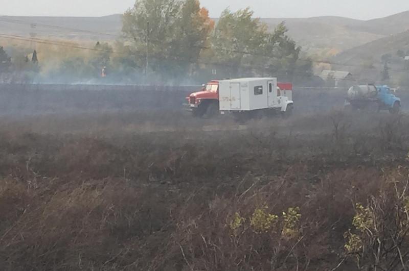 75 огнеборцев тушат пожар на 10 дачных участках в ВКО