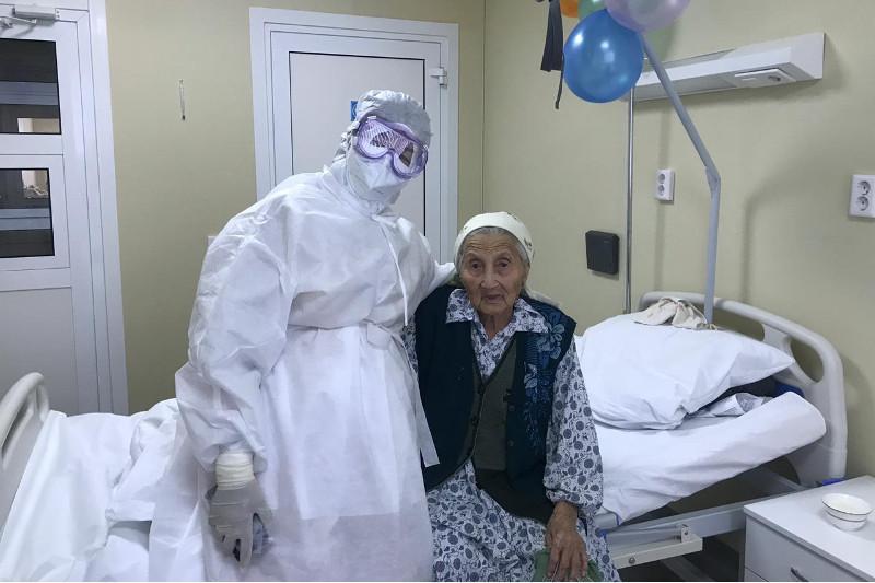 Женщина вылечилась от пневмонии и выписалась в день своего 100-летия в Шымкенте