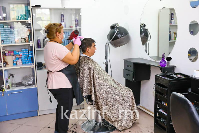 Парикмахерским, салонам красоты, баням разрешили работать в выходные в Актюбинской области