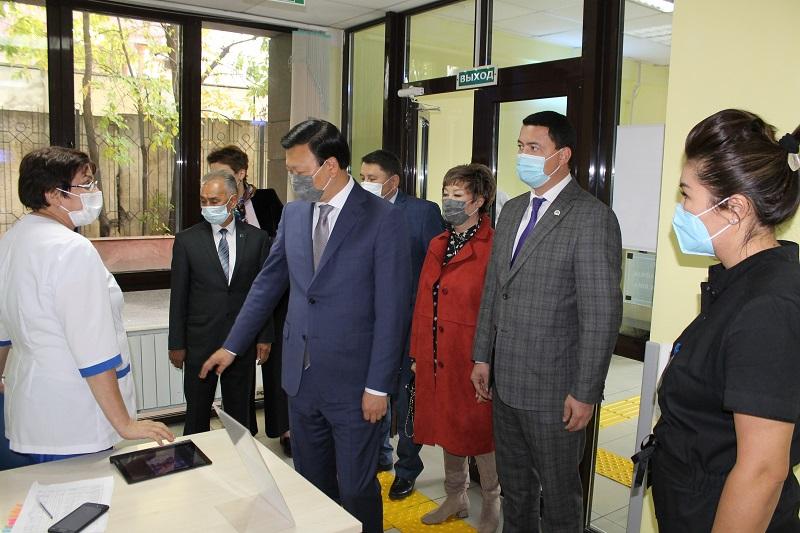 Алексей Цой Алматыдағы медициналық мекемелердің жұмысымен танысты