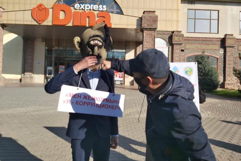 Социальный эксперимент: коррупционера «избили» в Уральске