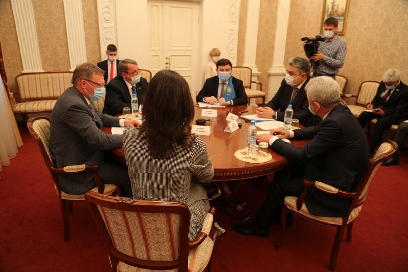 哈萨克斯坦驻俄罗斯大使会见俄罗斯鄂木斯克州州长