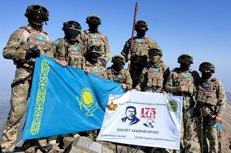特种部队登顶阿拜峰悬挂国旗以纪念伟大诗人阿拜诞辰