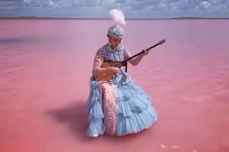 美国时尚杂志《Vogue》发布哈萨克少女在粉红色湖泊弹奏冬不拉的视频