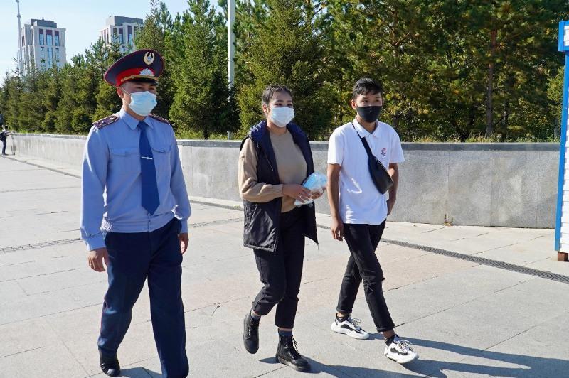 Волонтерлер Нұр-Сұлтан тұрғындарына карантин тәртібін түсіндірді