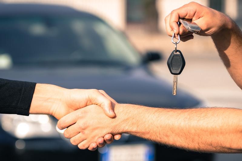 9 авто таджикистанцев продали со стоянки мать и сын в Туркестанской области