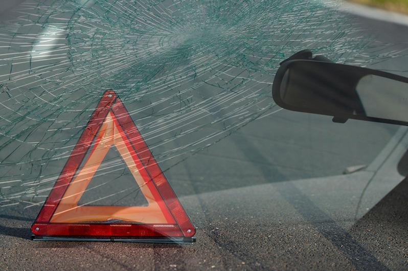 Повредила столбы освещения и слетела в кювет автомашина на трассе в Павлодарской области