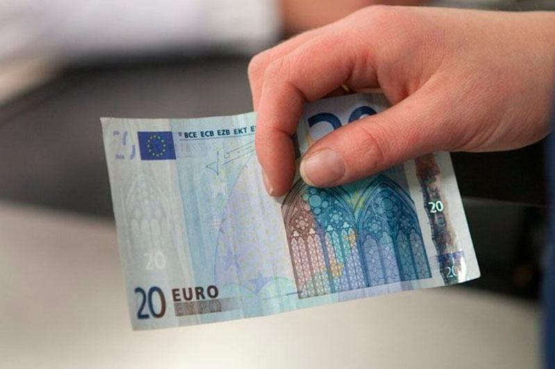 Фальшивые евро сбывали в одном из банков Шымкента