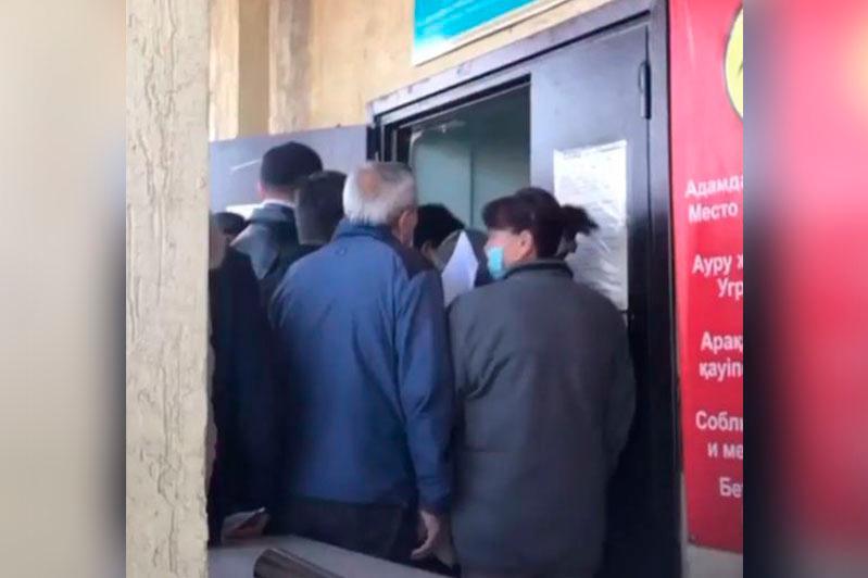 Очереди у поликлиники в Алматы: в больнице объяснили причину