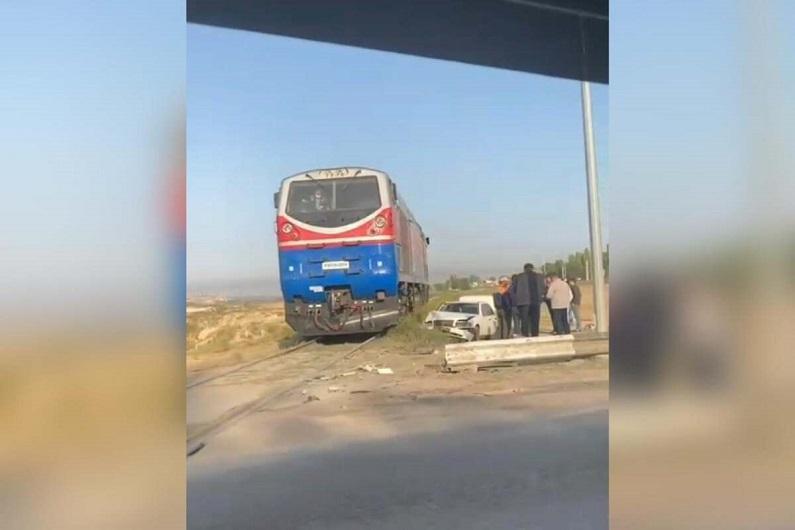 Mercedes столкнулся с поездом в Шымкенте