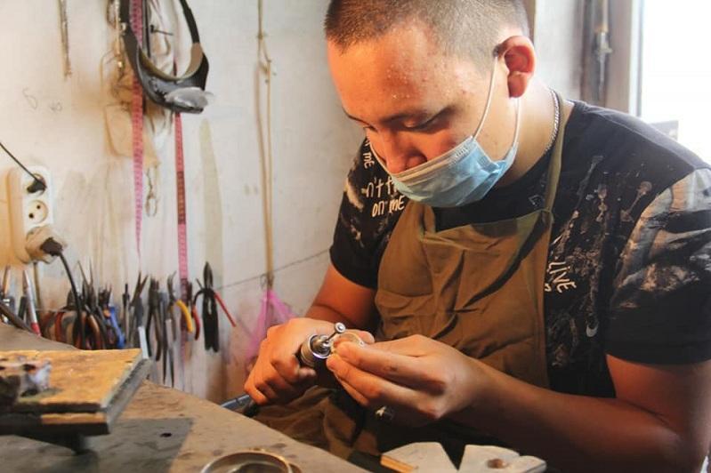 Ювелир из Арыси открыл мастерскую с помощью госпрограммы