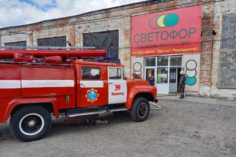 Крыша крупного магазина загорелась в Семее