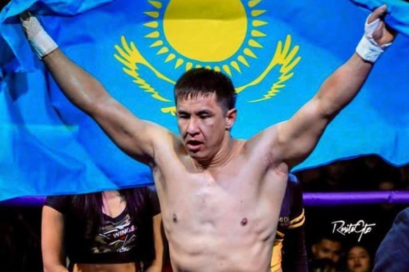 Казахстанский боксер встал после нокдауна и «удосрочил» противника в бою за титулы WBC и WBA