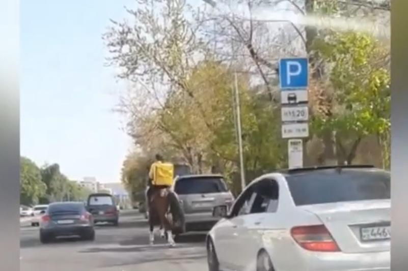 Необычного курьера на коне сняли на видео в центре Алматы