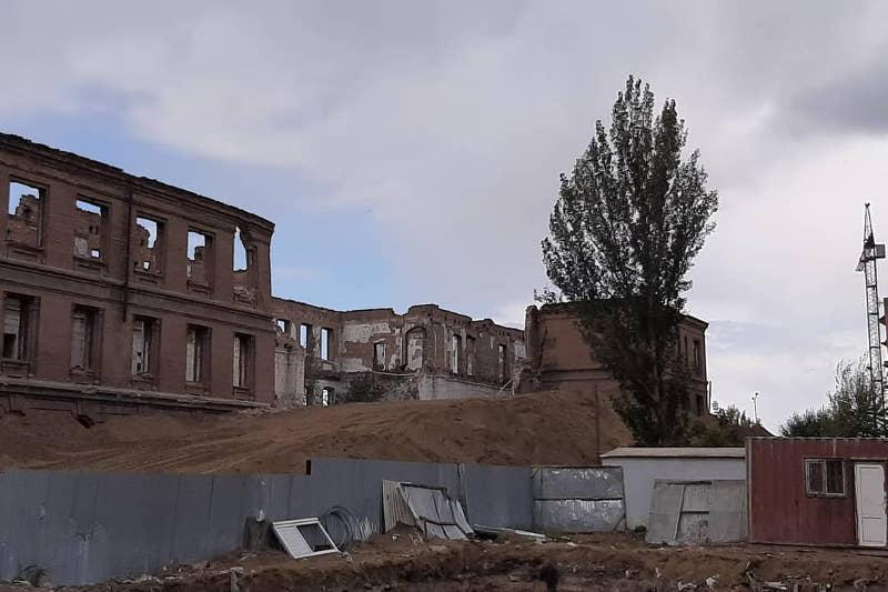 Одна из стен памятника архитектуры обрушилась в центре Семея