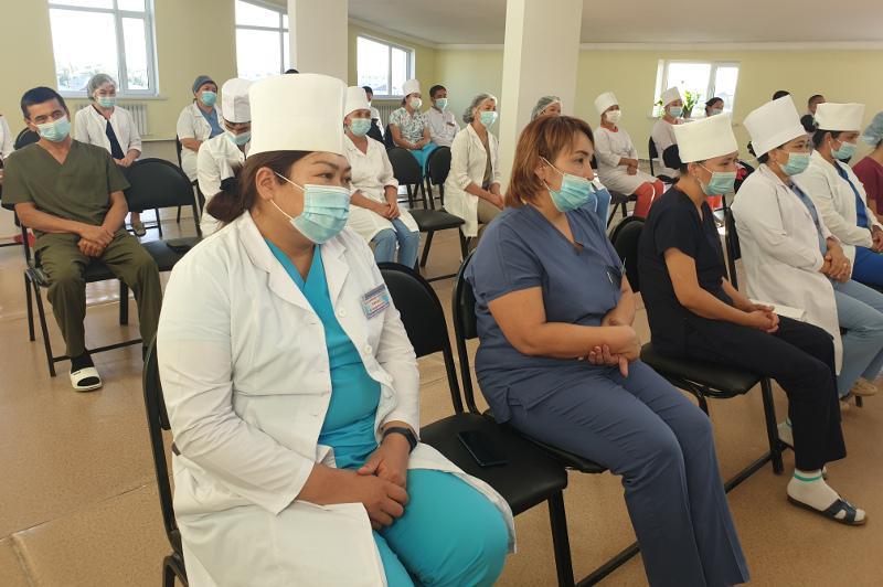 Түркістандық медицина қызметкерлері «Ақжол» партиясының төсбелгісімен марапатталды