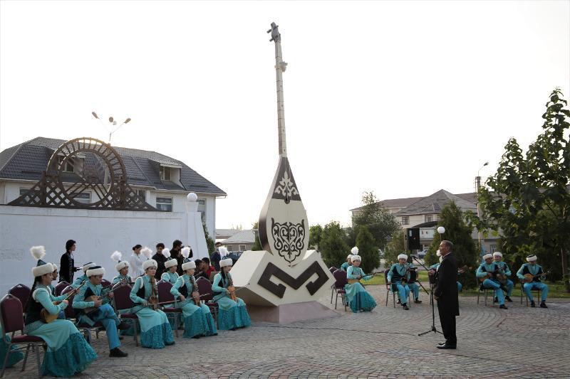 Семиметровый памятник домбре появился в Таразе