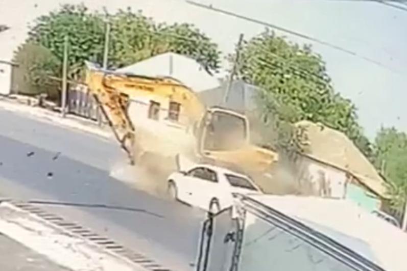 Младенец погиб при столкновении экскаватора и легкового автомобиля в Шымкенте