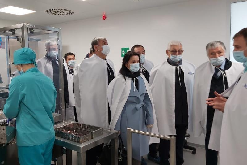 参议院议员参观卡拉甘达制药厂