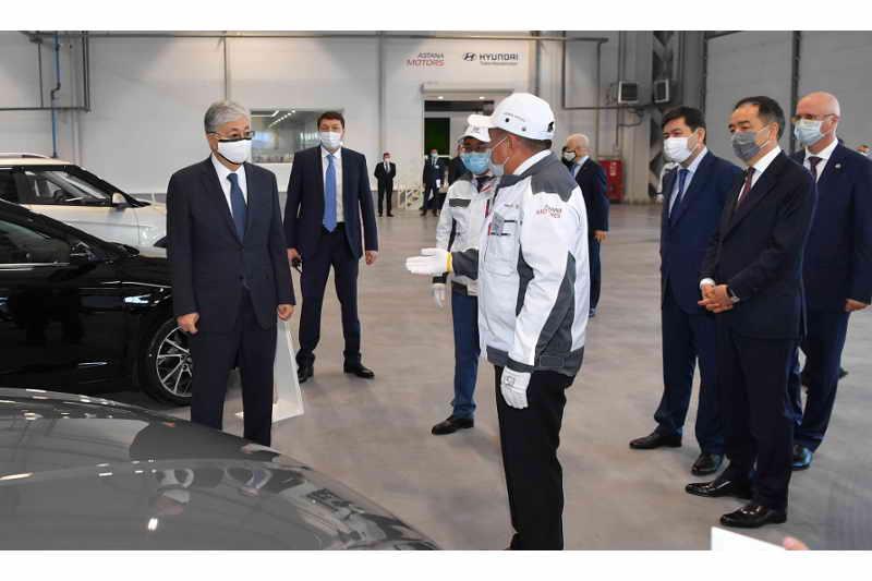 托卡耶夫总统视察阿拉木图现代汽车制造厂